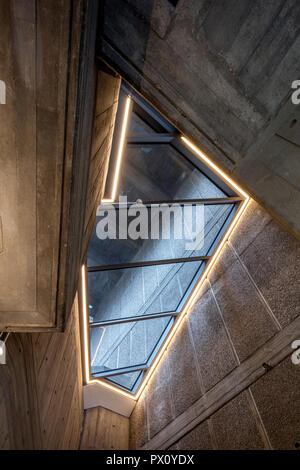 Détail de l'éclairage de plafond restauré Queen Elizabeth Hall, Southbank Centre, Londres, Royaume-Uni. Photo Stock