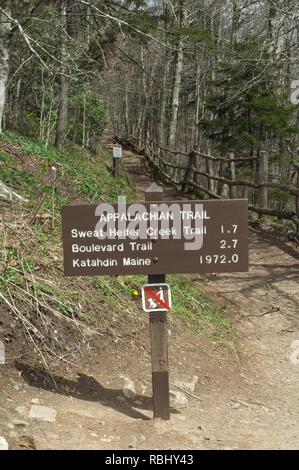 Sentier des Appalaches, signe de kilométrage Parc national Great Smokey Mountains, frontière de NC et TN. Photographie numérique Photo Stock