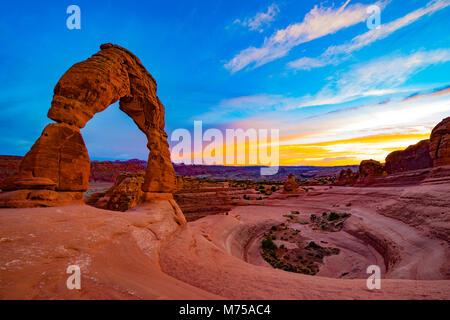 Delicate Arch et le soir les nuages, Arches National Park, Utah, d''une arche naturelle Photo Stock