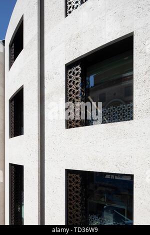 Vue détaillée de la façade avant. Qatar Airways siège, Londres, Royaume-Uni. Architecte: PLP Architecture, 2019. Photo Stock