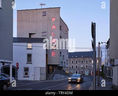 Crépuscule d'ouest d'altitude. Pálás Cinéma, Galway, Irlande. Architecte: dePaor, 2017. Photo Stock