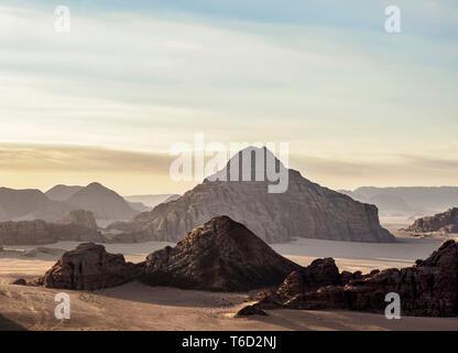 Paysage de Wadi Rum, vue aérienne d'un ballon, le gouvernorat d'Aqaba, Jordanie Photo Stock