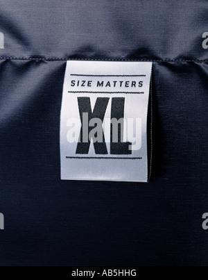 Une étiquette de vêtements montrant la taille ça compte Photo Stock