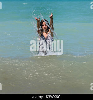 Une fille les projections d'eau. Photo Stock