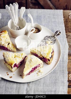 Gâteau de pâte d'amandes et aux cerises Photo Stock
