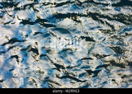 Vue aérienne de réflexions et d'ondulations sur l'eau de la rivière Photo Stock