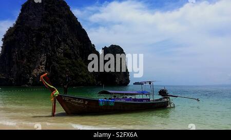 Plage de fer à Krabi - Thaïlande . Le bateau de temps pour traverser à l'autre plage. Bel après-midi. Photo Stock