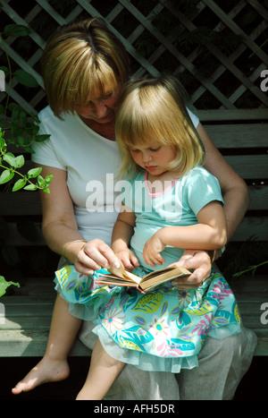 Grand-mère et sa petite-fille Photo Stock