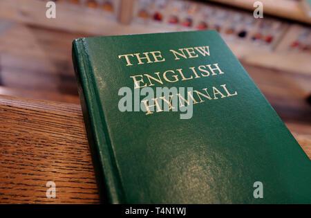 Le nouvel hymne de cantiques anglais livre sur l'église pew, Norfolk, Angleterre Photo Stock