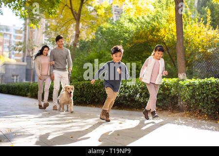Heureux jeune famille avec chien Photo Stock