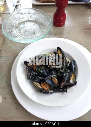 Un plat de moules cuites Photo Stock