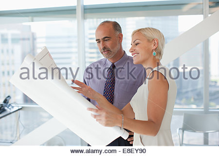 Les gens d'affaires travailler ensemble dans office Photo Stock