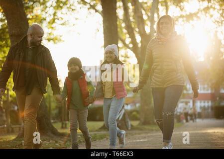 Happy Family, randonnée pédestre dans le parc automne ensoleillé Photo Stock