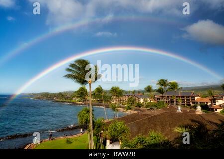 Vue sur l'océan/resorts avec rainbow à Poipu, Kauai, Hawaï Photo Stock