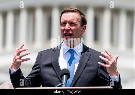 Washington, United States. 20 Juin, 2019. Le sénateur américain Chris Murphy (D-CT) parle au cours de l'événement devant le Capitole pour demander instamment l'adoption de la H.R. 8 universal (la possession d'armes à feu) des vérifications des antécédents de loi. Événement a eu lieu à l'herbe sur le côté de l'est le Capitole à Washington, DC. Credit: SOPA/Alamy Images Limited Live News Photo Stock