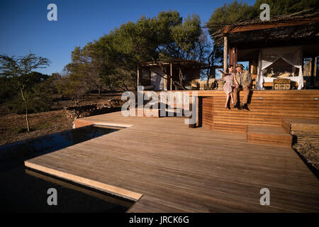 Couple assis sur planche en bois Photo Stock