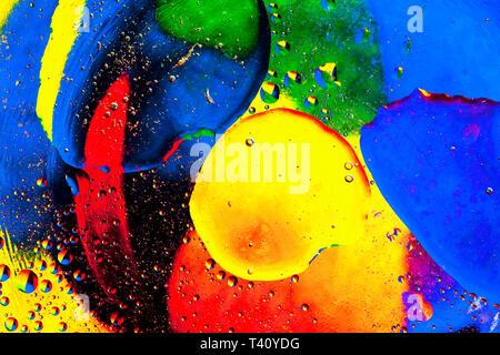Close-up de l'huile colorée et bulles d'eau et les gouttelettes. Photo Stock
