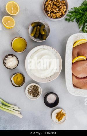 Low Carb ingrédients salade de poulet photographié sur un fond gris en vue de dessus Photo Stock