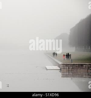 Les visiteurs le long du Grand Canal dans le parc du château de Versailles, France Photo Stock