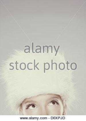 Young woman wearing fur hat et le mascara, section du haut Photo Stock
