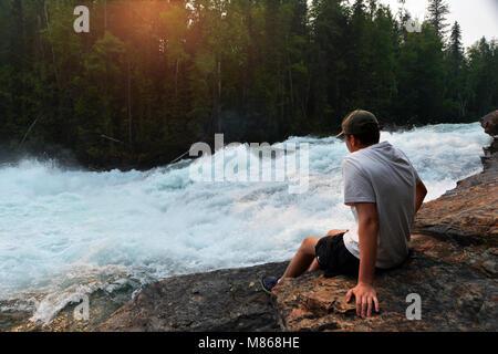 Teenage boy aime être en vacances dans les Rocheuses canadiennes, Canada Photo Stock