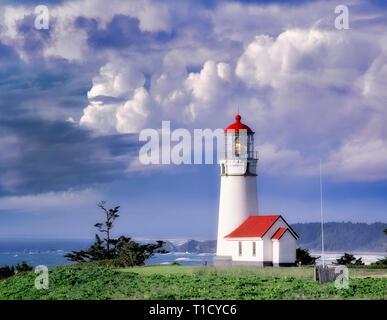 Le phare de Cape Blanco avec ciel d'orage. De l'Oregon. Photo Stock