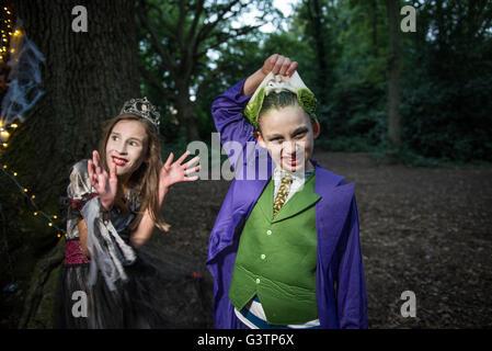 Un garçon de retirer son masque pour Halloween. Photo Stock