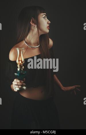 La peur de l'ombre. Femme avec lanterne Photo Stock