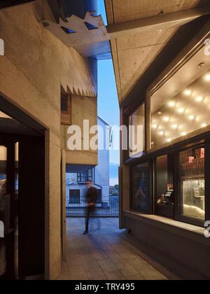 L'écart entre la tour d'entrée du cinéma et recréé avec merchant's house box office. Pálás Cinéma, Galway, Irlande. Architecte: dePaor, 2017. Photo Stock