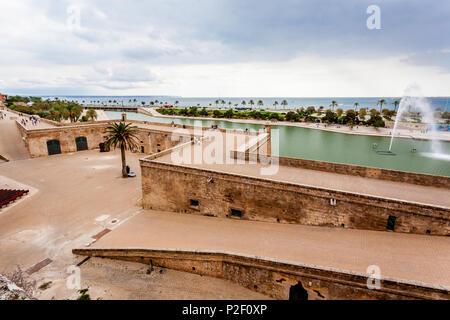 Les touristes sur le Dalt Murada, la digue de la Renaissance au Parc de la Mar, centre historique de la ville, Ciutat Antiga, Palma de Majorque, Photo Stock