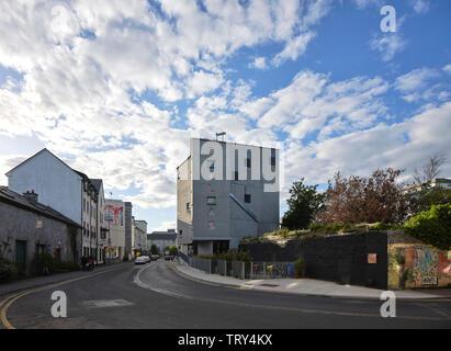 L'altitude de lointain sud avec rue et le graffiti. Pálás Cinéma, Galway, Irlande. Architecte: dePaor, 2017. Photo Stock