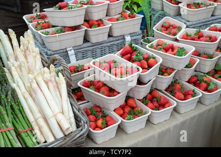 Fragaria × ananassa. Barquettes de fraises et asperges en vente à Daylesford Organic Farm festival d'été. Daylesford, Cotswolds, Royaume-Uni Photo Stock