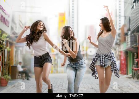 Les amis de la danse sur la rue s'amusant Photo Stock