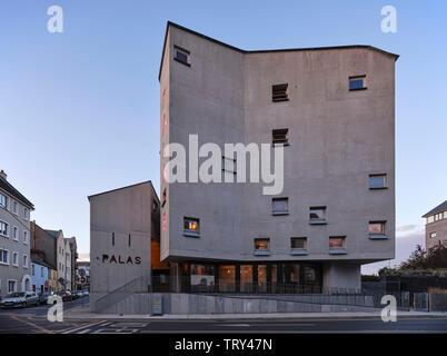 Crépuscule sur la fonte la façade en béton encastrés avec des fenêtres carrées. Pálás Cinéma, Galway, Irlande. Architecte: dePaor, 2017. Photo Stock
