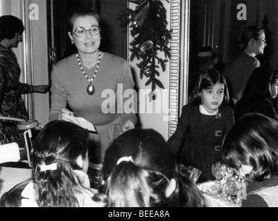 Grace Kelly, princesse de Monaco, à gauche, et sa fille Caroline, Princesse de Hanovre, à une partie de Photo Stock
