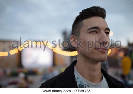 Portrait jeune homme confiant au cinéma dans le parc Photo Stock