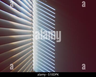 Venetian blind casting soleil fort ombres sur le mur Photo Stock