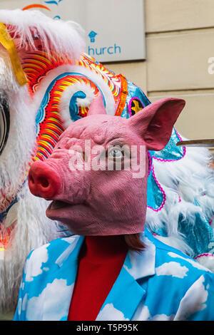L'Angleterre, Londres, le quartier chinois, le Nouvel An chinois défilé, Parade Participant portant masque Cochon Photo Stock