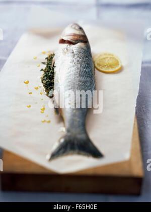 La basse avec le persil et citron Photo Stock
