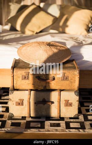 Boîte en fer vintage classique et bambou hat en chalet Photo Stock