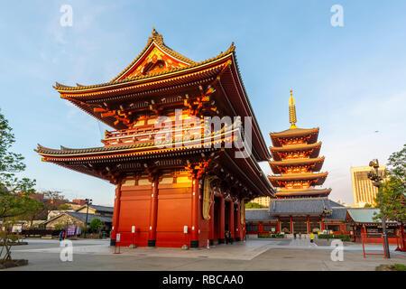 Et le temple Senso-Ji Five-Storied Pagoda, Asakusa, Tokyo, région du Kanto, au Japon. Photo Stock