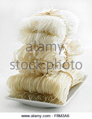Différents types de nouilles de riz, empilées Photo Stock