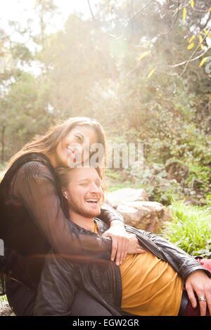 L'homme couché sur les genoux de la femme sur la roche. Photo Stock