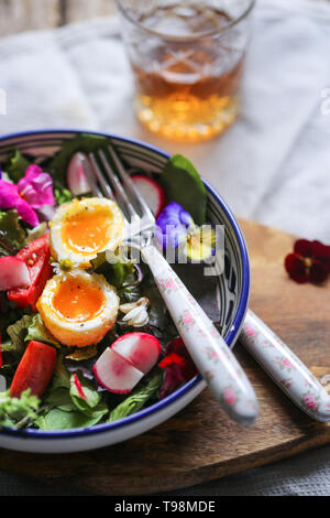 Salade aux œufs pochés frits Photo Stock