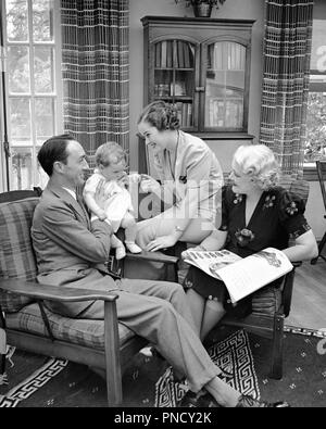 1930 THREE GENERATION FAMILY IN LIVING ROOM BABY Mère Père GRAND-MÈRE - b14857 HAR001 HARS Papa maman quatre bébés à l'intérieur de vêtements 4 PAIRE DE BANLIEUE BEAUTÉ NOSTALGIQUE MÈRES URBAINES AÎNÉS GRAND-MÈRE VIEILLE NOSTALGIE DU TEMPS 1 OLD FASHION STYLE JUVÉNILE infantile d'équipe fils aîné de vie joie Familles Femmes conjoint marié MARI ACCUEIL ESPACE COPIE DE LA VIE DES FEMMES LES PERSONNES QUI S'OCCUPENT DU SOLEIL LES HOMMES PÈRES ENSOLEILLÉE B&W SENIOR WOMAN RÊVES BONHEUR OLDSTERS LUMINEUX SALON FORCE LOISIRS ANTIQUES EXCITATION PAPAS PRIDE DANS TROIS ANCIENS GÉNÉRATION élégant petit-fils de connexion Photo Stock