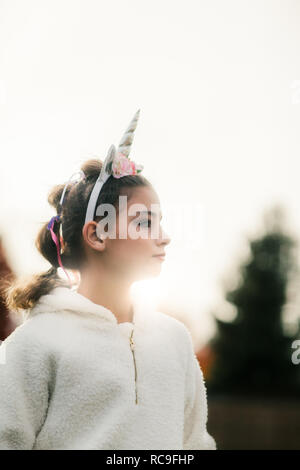 Fille avec bandeau unicorn in park Photo Stock