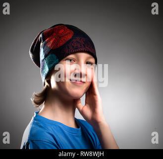 Portrait d'un garçon en chapeau. Photo Stock