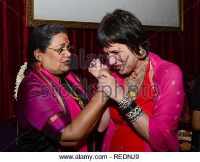 Dramaturge américain, interprète et féministe Eve Ensler avec Usha Uthup chanteuse Bollywood lors d'un dîner-bénéfice pour elle un milliard de personnes debout à Mumbai, Inde, 06 janvier 2013. (Krishanu Nagar) Photo Stock