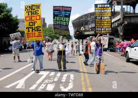 Les participants tiennent des pancartes pendant l'événement.La 37e parade annuelle de sirène a eu lieu à Coney Island, à New York. C'est la plus grande parade de l'art aux Etats-Unis et l'un des plus grands de la ville de New York les évènements de l'été. Photo Stock