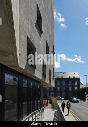 Le long de la perspective façade rue en béton avec rampe d'entrée et café à l'extérieur. Pálás Cinéma, Galway, Irlande. Architecte: dePaor, 2017. Photo Stock